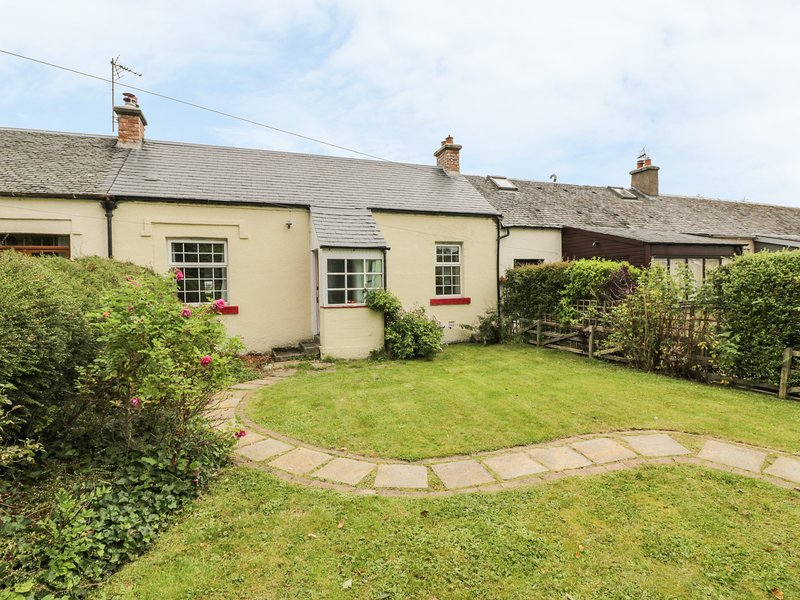 3 BURNSIDE COTTAGES, romantic retreat, open fire, WiFi, decked and lawned, holiday rental in Newton