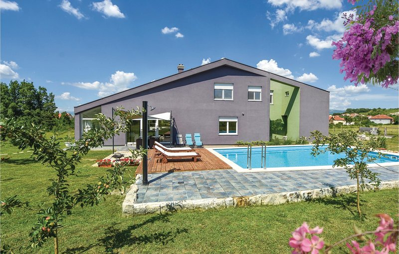Nice home in Trilj with Jacuzzi, WiFi and 4 Bedrooms (CDF228), casa vacanza a Ugljane