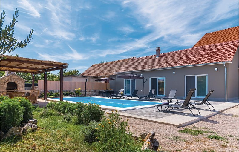 Amazing home in Drinovci w/ WiFi, 3 Bedrooms and Outdoor swimming pool (CDJ603), holiday rental in Pakovo Selo