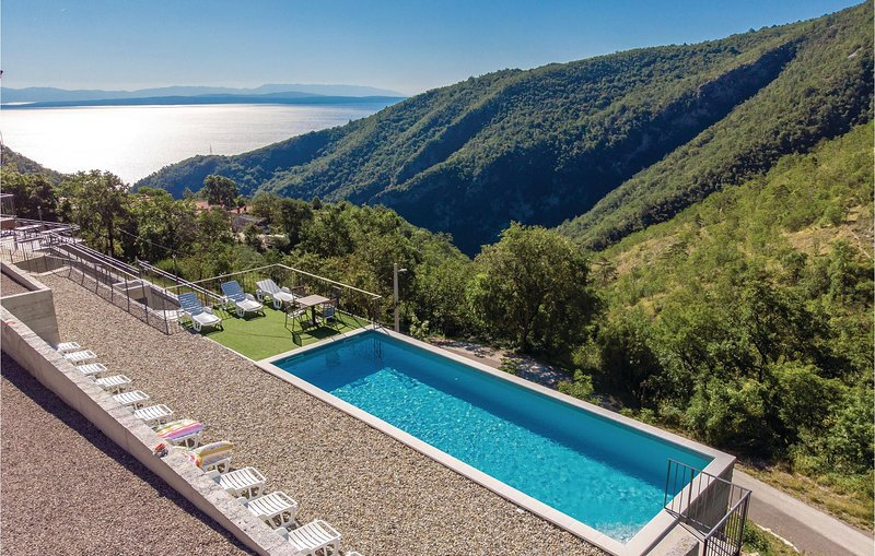 Stunning apartment in Lovran with Outdoor swimming pool, Outdoor swimming pool a, casa vacanza a Ucka Nature Park