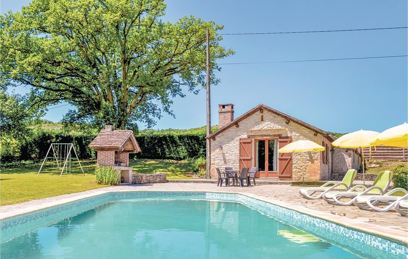 Stunning home in Cadrieu with 2 Bedrooms, Outdoor swimming pool and Outdoor swim, holiday rental in Ambeyrac