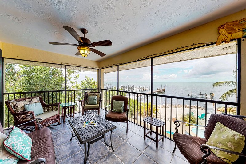 Bayfront home w/ gulf views, private spa, swimming pool & dock!, location de vacances à Duck Key