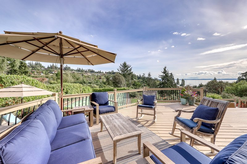 Large, family-friendly home w/ pickleball court, water view, & elegant interiors, vacation rental in Shoreline
