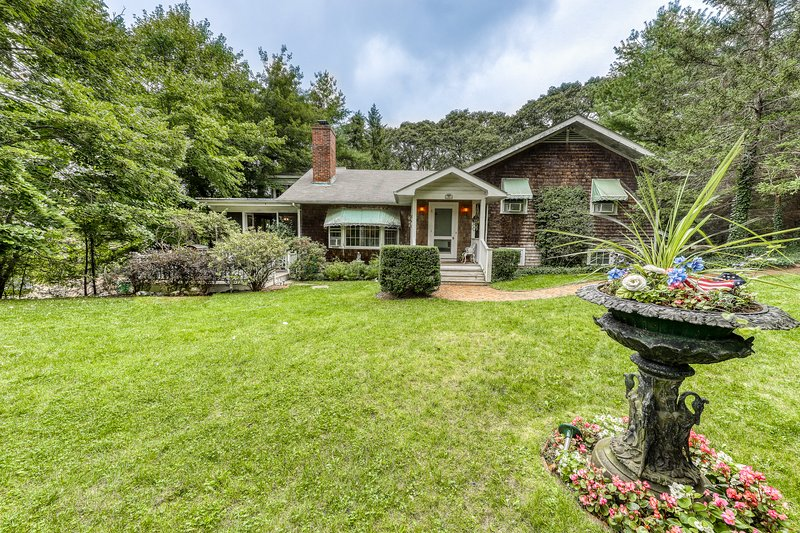 Beautiful estate w/large lawn made for socializing & kids' play room!, vacation rental in Vineyard Haven