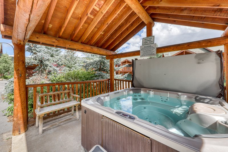 Family friendly condo w/ mountain views, gas fireplace, & a shared hot tub Chalet in Winter Park
