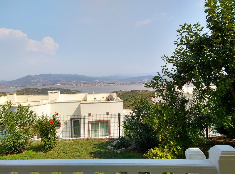 BODRUM LAKESIDE GARDEN FAMILY APARTMENT WITH LAKEVIEW & 4 SWIMMING POOLS, casa vacanza a Dorttepe