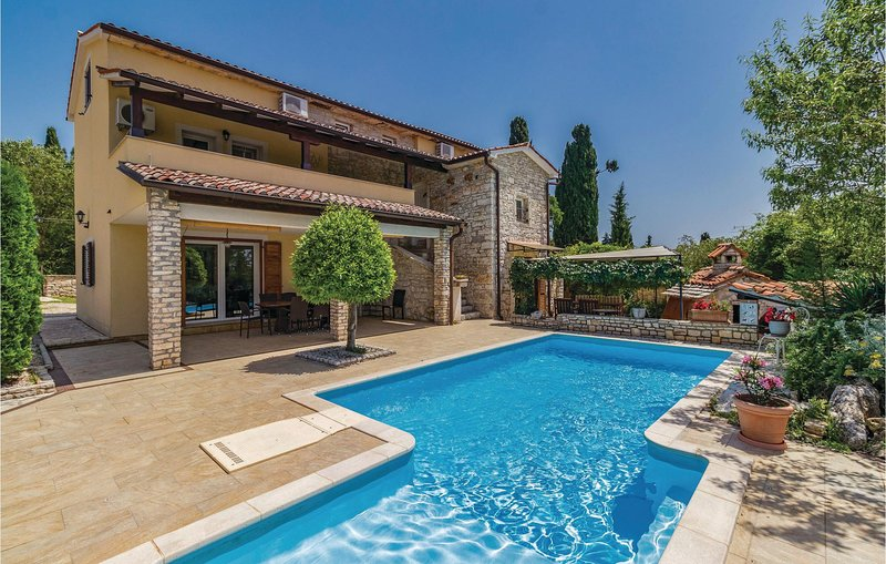 Nice home in Manjadvorci with Outdoor swimming pool, WiFi and Outdoor swimming p, holiday rental in Manjadvorci