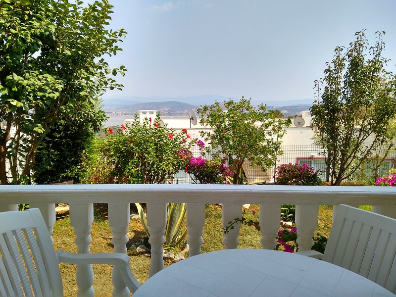 BODRUM FAMILY APARTMENT IN HOLIDAY VILLAGE WITH GARDEN, LAKEVIEW & 4 POOLS, casa vacanza a Dorttepe
