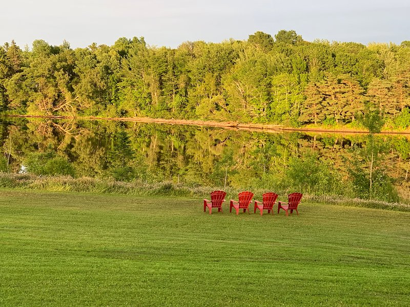 Disfruta de vistas ininterrumpidas del pintoresco río West, con más de 700 pies de frente privado