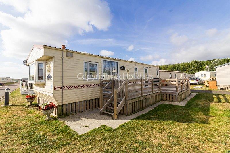 Great 6 berth caravan for hire with decking by the beach in Suffolk ref 40096ND, location de vacances à Gunton