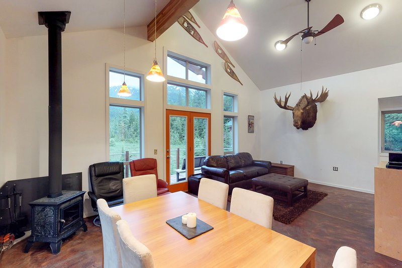 Glacier view cabin with private hot tub & room for everyone!, holiday rental in Anchorage