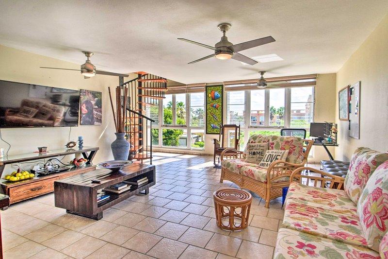 Loiza Condo w/ Rooftop Patio - Walk to Beach!, alquiler vacacional en Canovanas