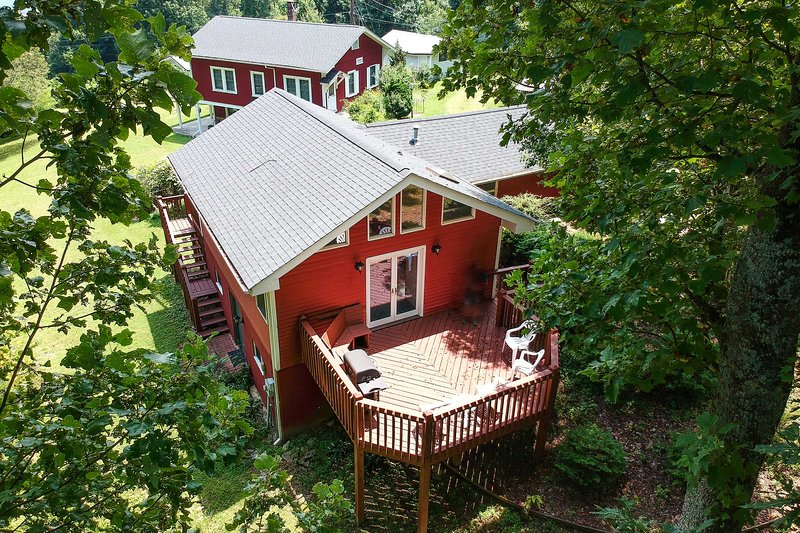 'Cantrell Cottage' Cozy Getaway w/ Smoky Mtn Views, holiday rental in Laurel Park