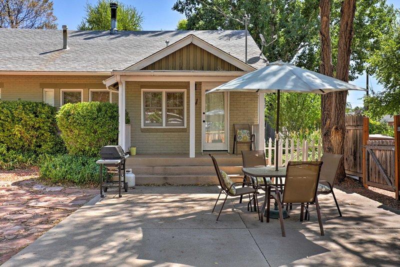La résidence qui accepte les animaux de compagnie offre une cour clôturée et un patio pour barbecue privé.