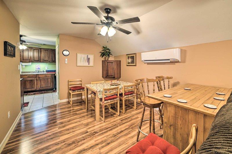 Há mesas para 4-6 na mesa, com espaço adicional na mesa elevada.