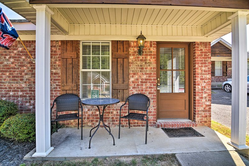 Charming Oxford Home ~1 Mi to Ole Miss Campus, holiday rental in University