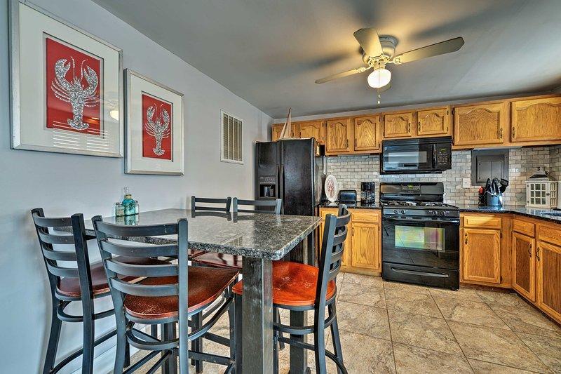 This quaint unit has a full kitchen, cozy furnishings, & easy beach access!