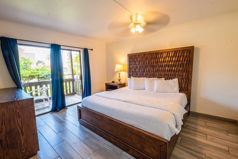 Cozy condo in Tiki complex with private beach access, location de vacances à Île de South Padre