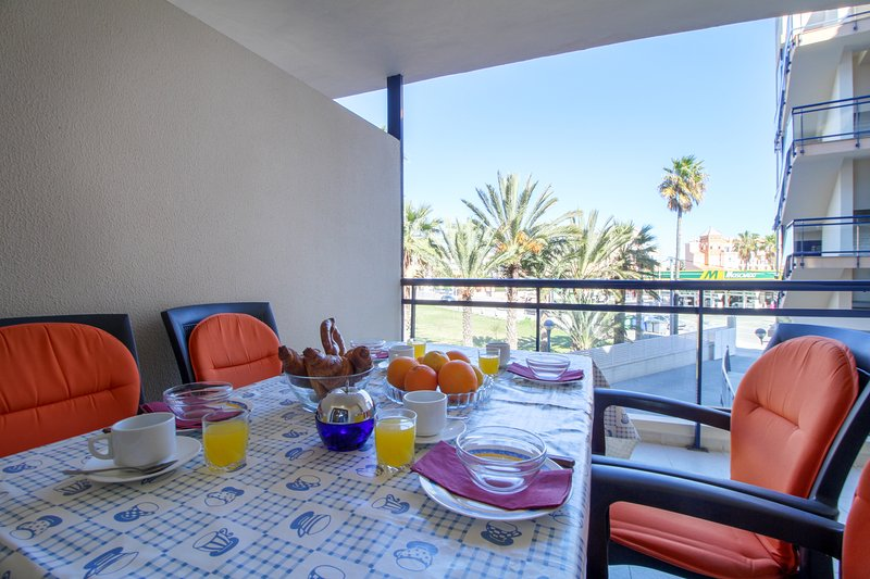 Welcoming apartment near beach and town, with shared pool and hot tub!, holiday rental in Denia