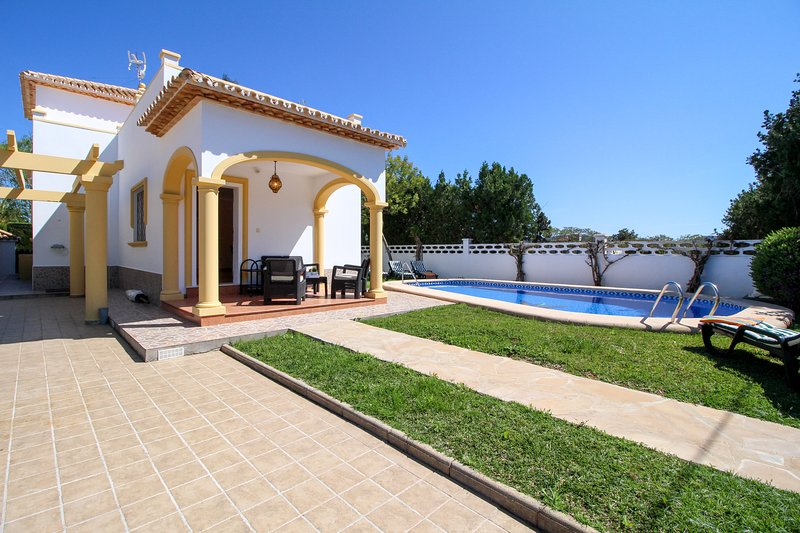 Modern villa w/ a private pool - short distance from beach, shopping, & more, holiday rental in Denia
