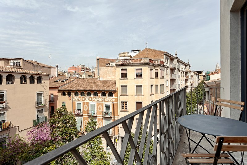 quiet apartment w/ spectacular views, small balcony w/ table & chairs, holiday rental in Sales De Llierca