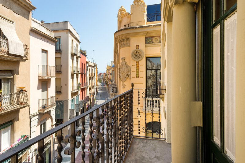 Spacious condo in the heart of the city w/ private balcony, full kitchen & WiFi!, vacation rental in Figueres