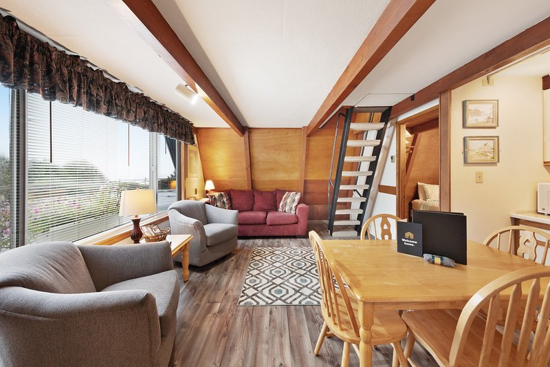 Gorgeous, cozy oceanfront A-frame chalet with terrific views, vacation rental in Otter Rock