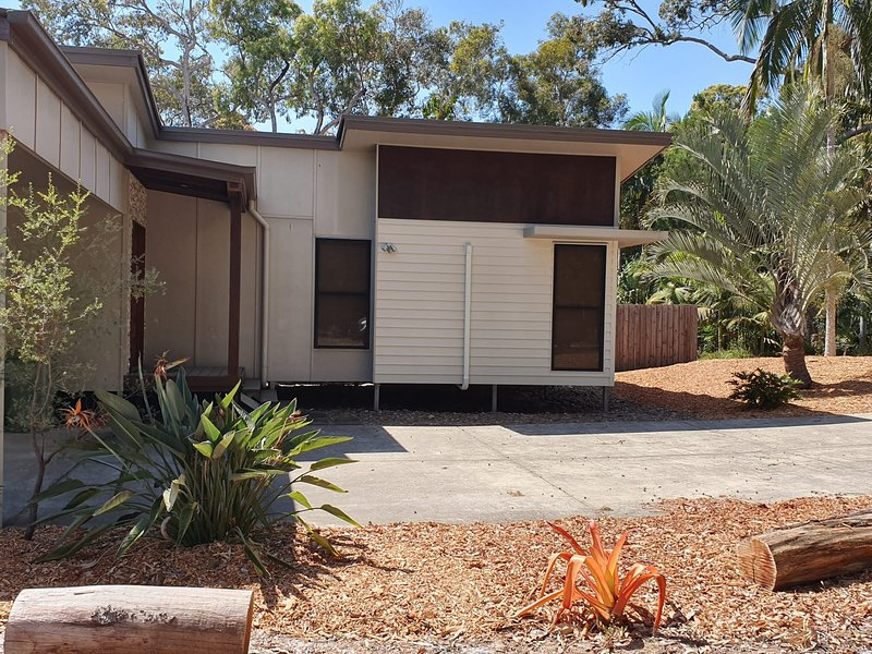 12 Satinwood Drive - Family home with swimming pool located in natural bushland, location de vacances à Rainbow Beach