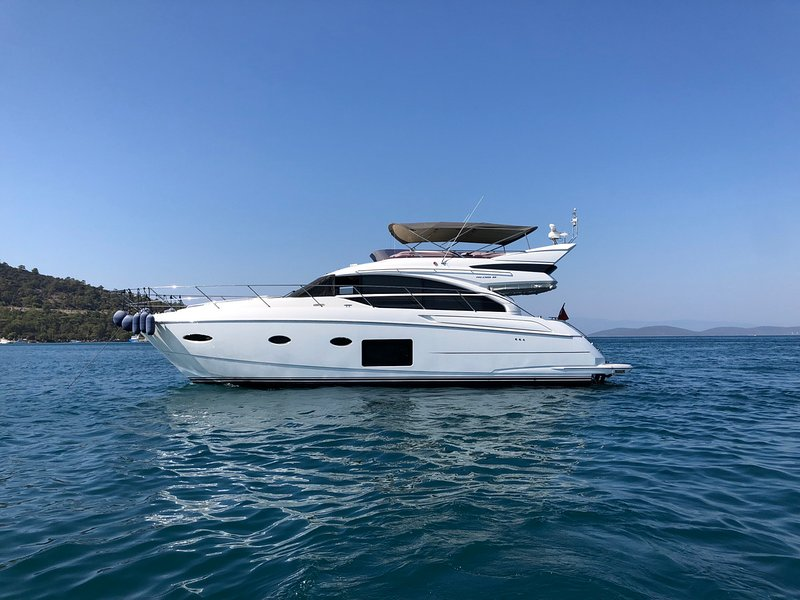 Stay at a beautiful 2017 Princess 52 Fly yacht in Bodrum 3 cabins for 6 guests, aluguéis de temporada em Konacik
