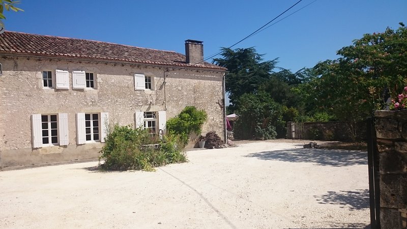 Farmhouse in rural Bordeaux ideal for 6 to 8 people, vacation rental in Saussignac