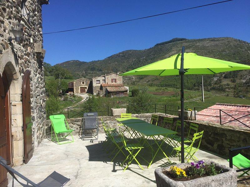 Big house with garden & terrace, alquiler de vacaciones en Darbres