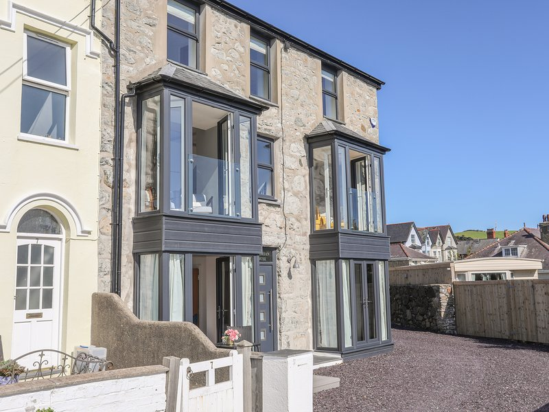 CAMBRIAN HOUSE, 6 Bedroom(s), Pet Friendly, Criccieth, holiday rental in Criccieth