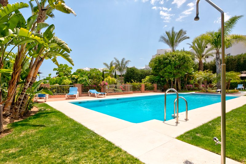 New listing! Lovely Estepona home w/ balcony, shared pool, free WiFi, & views!, location de vacances à Cancelada