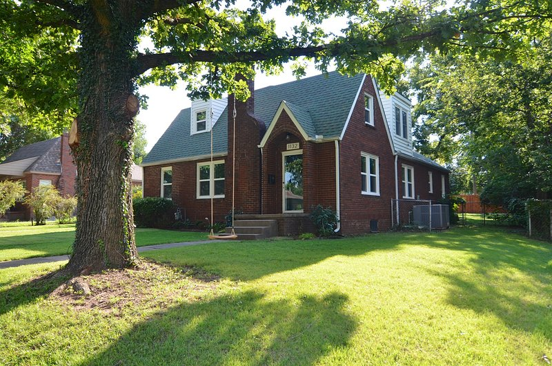 Tulsa Expo,TU, Rt 66, BOK Center, Gathering Place! 4 Bedroom Gingerbread Cottage, holiday rental in Tulsa
