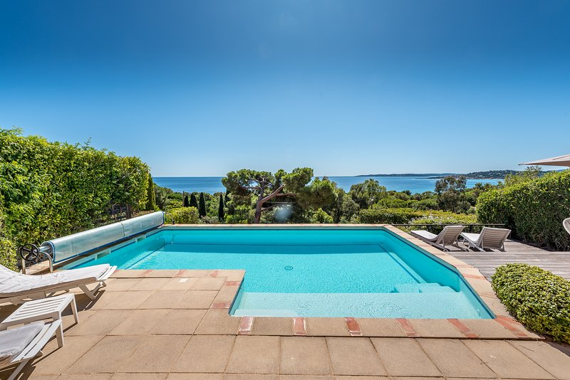 193268 villa, 2 bedrooms, sea view, shared heated pool 8 x 4 mtr, beach 400 mtrs, holiday rental in Sainte-Maxime