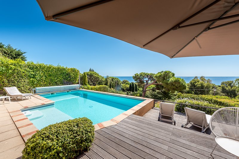 193293 2-bedroom apartment,sea view,shared heated pool 8 x 4 meters,beach 400mtr, holiday rental in Sainte-Maxime