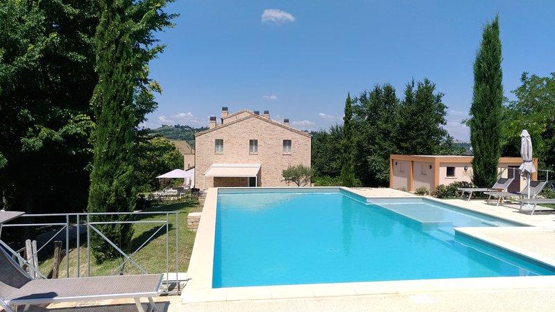 Cherry House - Casolare con piscina e giardino a 15 minuti dal mare, vacation rental in Monte Giberto