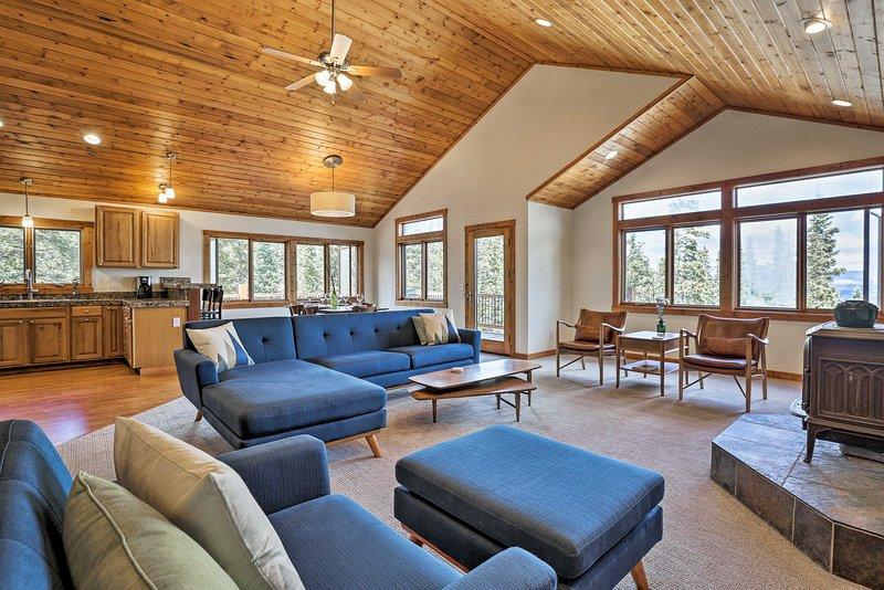 Expansive Fairplay Cabin w/ Wraparound Deck!, alquiler de vacaciones en Alma