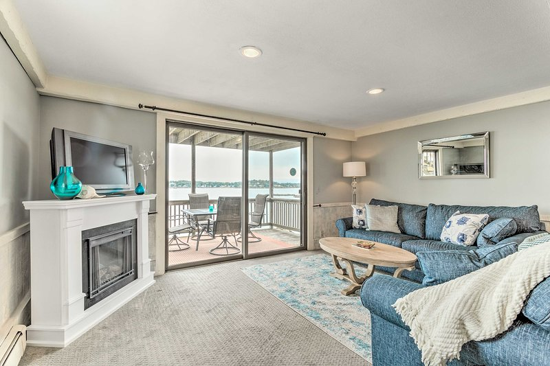 Oceanfront Salem Condo w/ Deck, Walk to Beach, holiday rental in Manchester-by-the-Sea