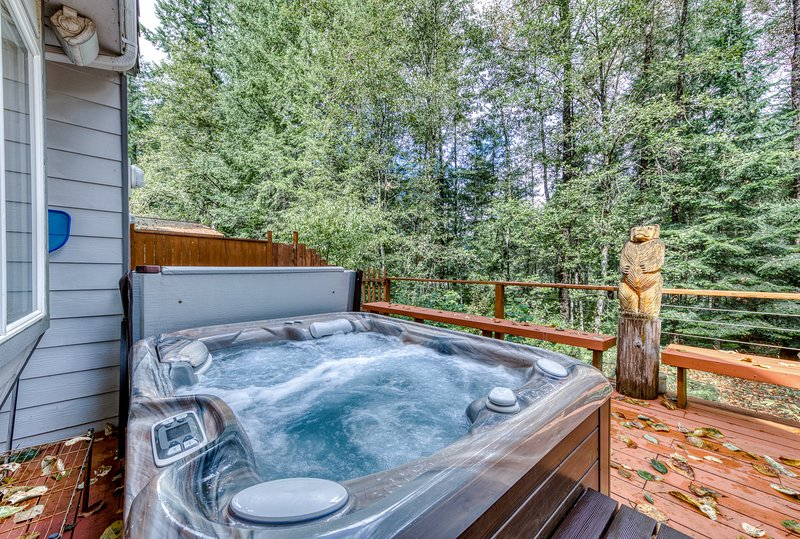 Spacious, updated home w/ a private hot tub & Sandy River access!, holiday rental in Brightwood