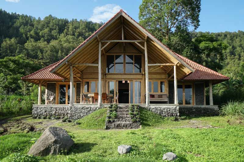 Pondok Manoka: 2 BR + 1 mezzanine chalet by the lake overlooking Mount Batur, holiday rental in Bangli