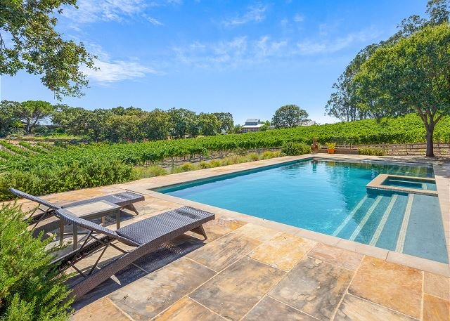 Vineyard Estate w/ Hot Tub, Pool & Game Room - Minutes to Napa, location de vacances à Vineburg