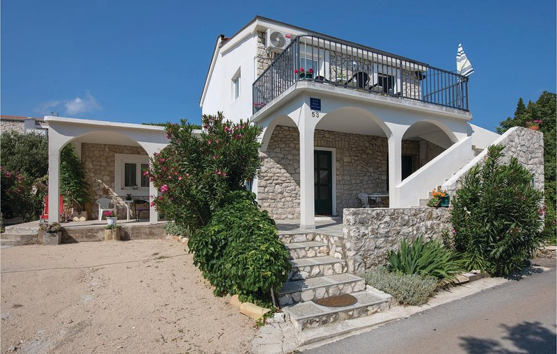 Amazing home in Klek with WiFi and 2 Bedrooms (CDR216), casa vacanza a Duba