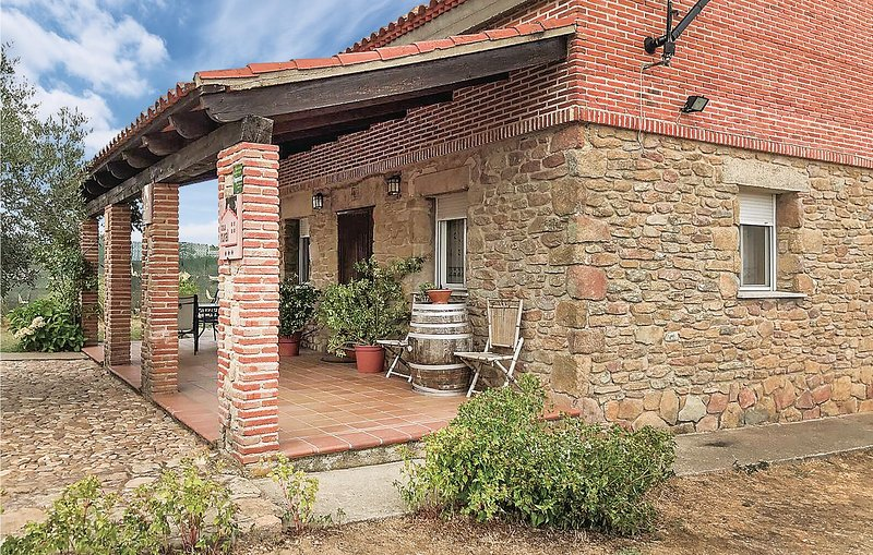 Beautiful home in Masueco with 4 Bedrooms (ELS021), holiday rental in Perena