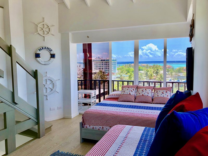 Beautiful Penthouse with Pool Steps from the Beach, vacation rental in San Andres