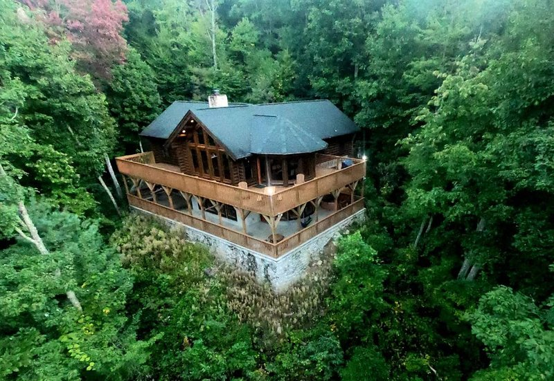Luxury Log Home with View & Privacy! Enjoy Sauna & Hot Tub in The Love Nest, vakantiewoning in Maggie Valley