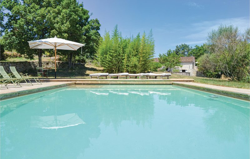 Stunning home in Carnac-Rouffiac with Outdoor swimming pool, WiFi and 7 Bedrooms, location de vacances à Saint-Daunès