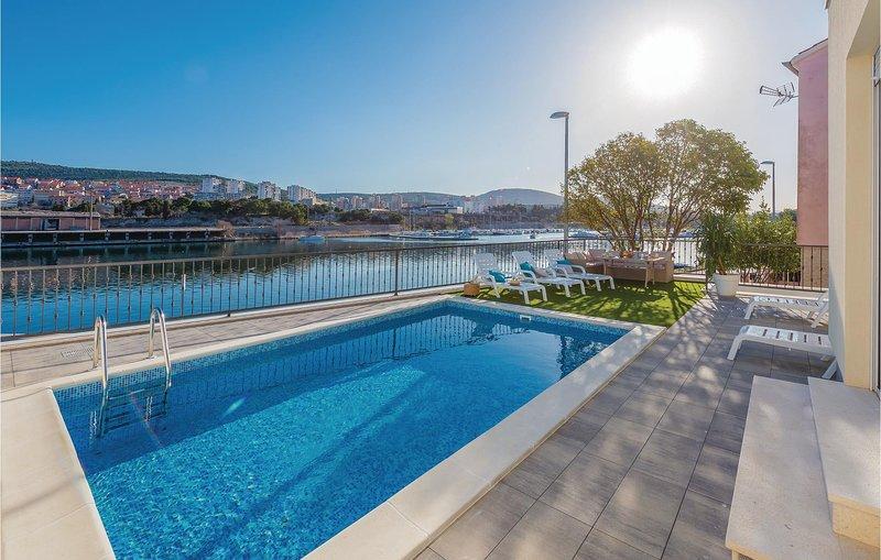 Nice home in Sibenik with WiFi, 4 Bedrooms and Outdoor swimming pool (CDJ637), alquiler de vacaciones en Sibenik
