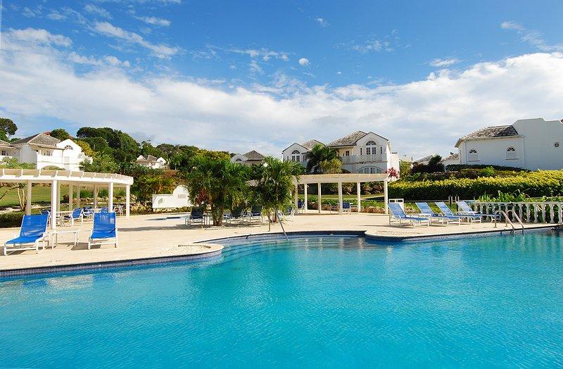 La increíble piscina y la terraza de la piscina con muchas tumbonas pueden pasar fácilmente todo el día aquí.