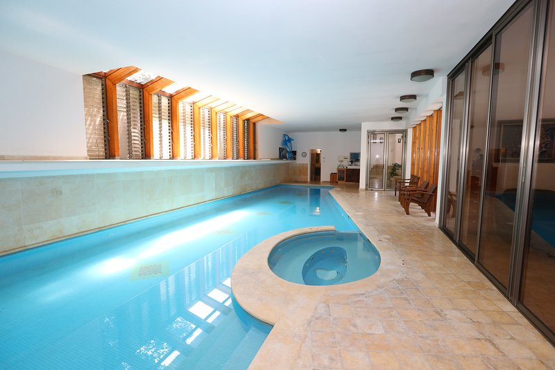 Villa with heated indoor swimming pool, location de vacances à Or Akiva